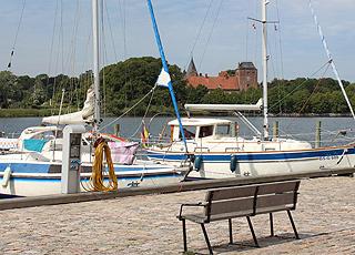 Fra havnen i Nysted har I udsigt til middelalderborgen Aalholm Slot