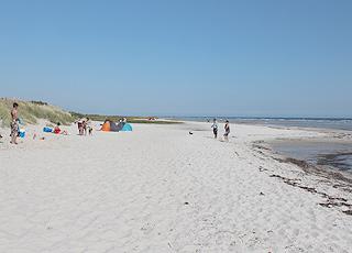 Ein Sommertag mit Badegästen am Strand von Øster Hurup