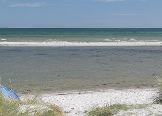 Das Badewasser am Strand von Øster Hurup ist klar, seicht und sehr kinderfreundlich