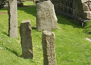 Runesten ved kirkeruinen fra 1225 i Østermarie