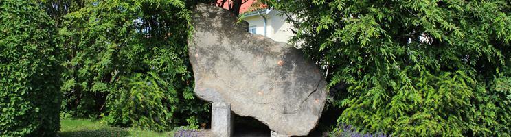 Granitsten midt i Østermarie med præcis samme form som Bornholm