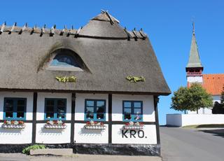 Idyllisk og velholdt kro i landsbyen Reersø