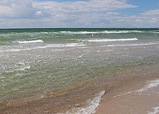 Lavt, klart og indbydende badevand ved stranden i Ristinge
