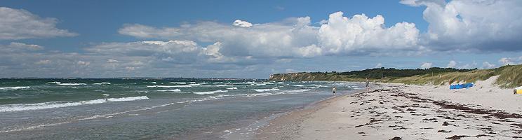 Dejlig, lang sandstrand med klitter og klart badevand i Ristinge på Langeland
