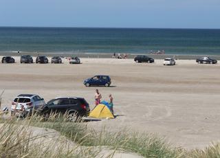Badegæster på stranden og i vandet ved Rødhus Strand