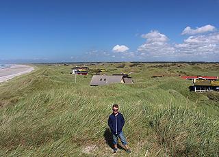Sommerhuse i det grønne og kuperede landskab bag stranden i Rødhus