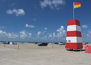 Livreddertårn nær vandkanten på stranden i Rømø, Lakolk