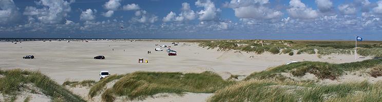 Den meget brede sandstrand med klitter og blåt flag i Lakolk på Rømø