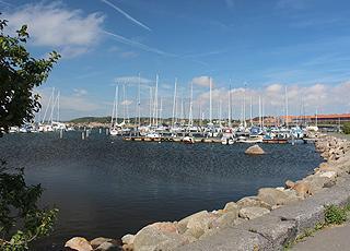 Rønnes hyggelige lystbådehavn, Nørrekås, ligger i centrum af byen
