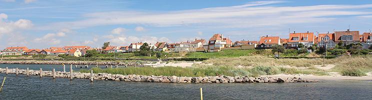 Huse bag den dejlige sandstrand, Nørrekås Strand, ved Rønnes store lystbådehavn - midt i Rønne