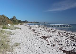 Fin og børnevenlig sandstrand med lang badebro i Rude Strand