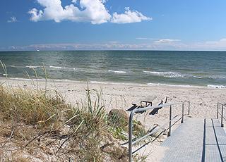 Das Wasser am Badestrand von Sæby ist seicht und kinderfreundlich