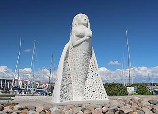 Sæbys Wahrzeichen, die fast 7 Meter hohe Gallionsfigur, Fruen fra Havet (die Frau vom Meer), am Jachthafen