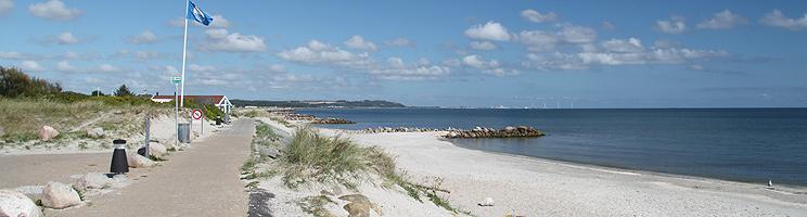 Sæbys schöner Sandstrand mit Wellenbrechern, kinderfreundlichem Wasser und der Blauen Flagge (Auszeichnung)