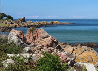 Smukke klippeformationer langs kysten ud for Sandkås