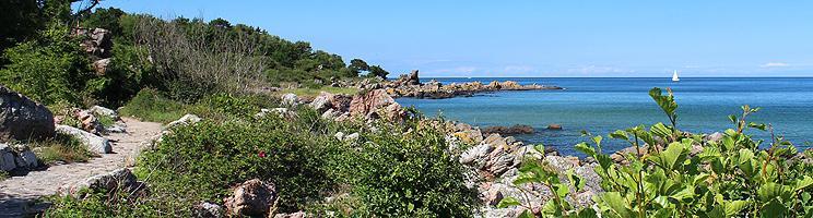 I kan følge en sti langs den smukke klippekyst i Sandkås