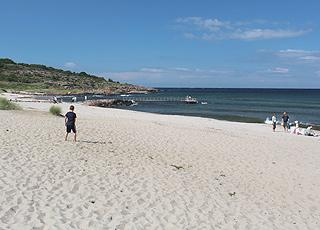 Dejlig sandstrand med badebro og børnevenligt vand i Sandvig