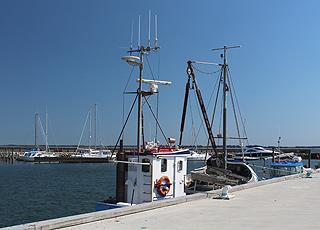 Gemütlicher, kleiner Hafen mit Fischerbooten sowie Motor- und Segelbooten in Sillerslev