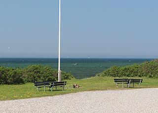 Udsigtsbænke bag kysten i sommerhusområdet Skåstrup