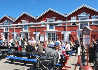 De røde pakhuse på havnen i Skagen Midtby, hvor I kan nyde fisk i alle afskygninger