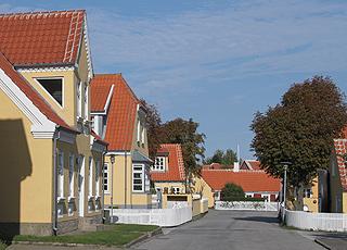 En typisk gade i Skagen Midtby med smukke, gule Skagenshuse
