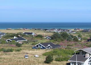 Skallerups sommerhuse ligger i klitlandskabet, lige bag stranden