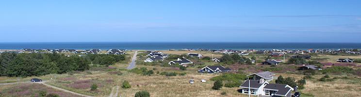 Sommerhuse i klitlandskabet bag stranden i Skallerup