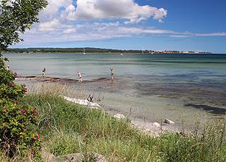 Lavt og børnevenligt vand ved stranden i Snogebæk