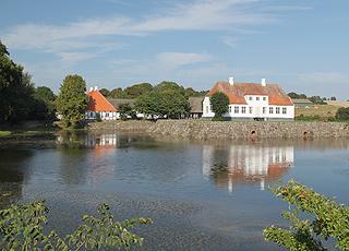 Den velholdte herregård Søbygaard, lige uden for Søby