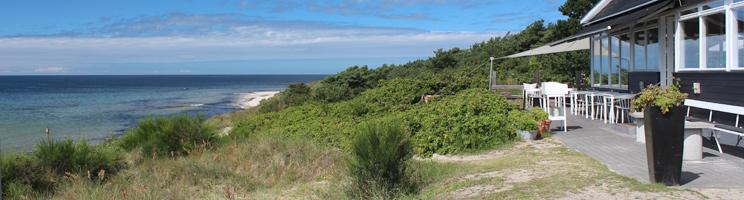 Udsigt over naturen, stranden og havet fra et spisested i Vester Sømarken