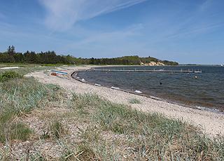 Udsigt langs bugten og stranden i sommerhusområdet Søndbjerg Strand