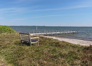 Udsigtsbænk ved badebroen og stranden i ferieområdet Søndbjerg Strand