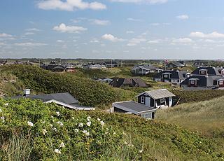 Udsigt over nogle af Søndervigs sommerhuse fra de høje klitter ved stranden