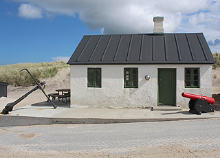 Eines der kleinen Fischerhäuser in Stenbjerg mit Anker und Kanone
