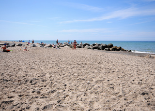 Sommerdag på stranden i Stenbjerg