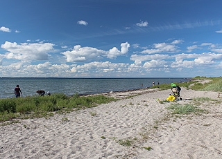 Dejlig, børnevenlig sandstrand i ferieområdet Stoense