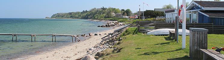 Badebroer på stranden ud for sommerhusene i ferieområdet Strib