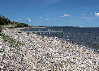 Badebro ved stranden i sommerhusområdet Sundby, Mors
