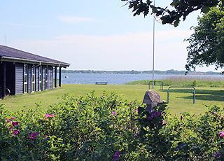 Velbeliggende sommerhus med udsigt over Sunds Sø