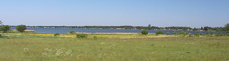 Udsigt over Sunds Sø og sommerhusene, som omkranser søen