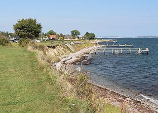 Badestege entlang der Küste beim Ferienhausgebiet in Tårup