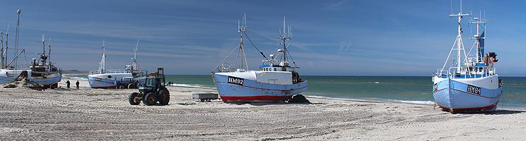 Fiskerbåde på stranden i Thorup Strand