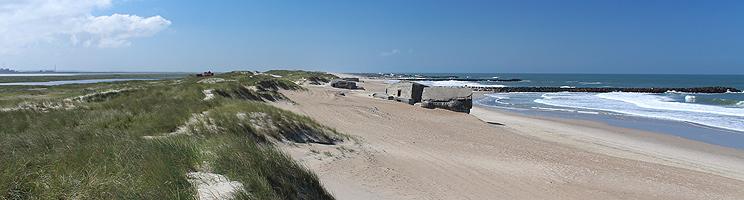 Den brede sandstrand i Thyborøn med bunkere, bølgebrydere og klitter