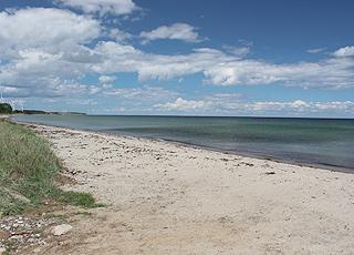 Den fine badestrand Løkkeby Strand, ligger på Langelands østkyst, 3 km fra Tranekær
