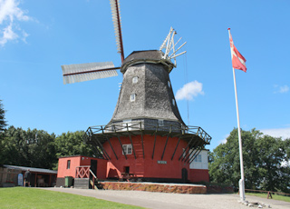 Den velholdte Tranekær Slotsmølle fra 1846 fungerer i dag som et museum
