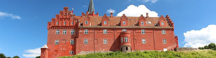 Det smukke, røde Tranekær Slot på Langeland er åben for rundvisninger
