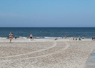 Badegäste in der Nordsee am Tranum Strand