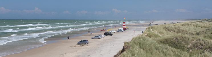 Rettungsschwimmerturm und Badegäste am breiten Sandstrand von Tversted