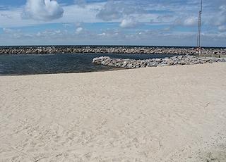 Den lille, læfyldte sandstrand, som er anlagt i krogen af Vang Pier, syd for Vang