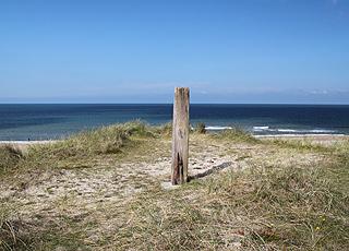 Udsigt over stranden og havet fra klitterne ved Vangså